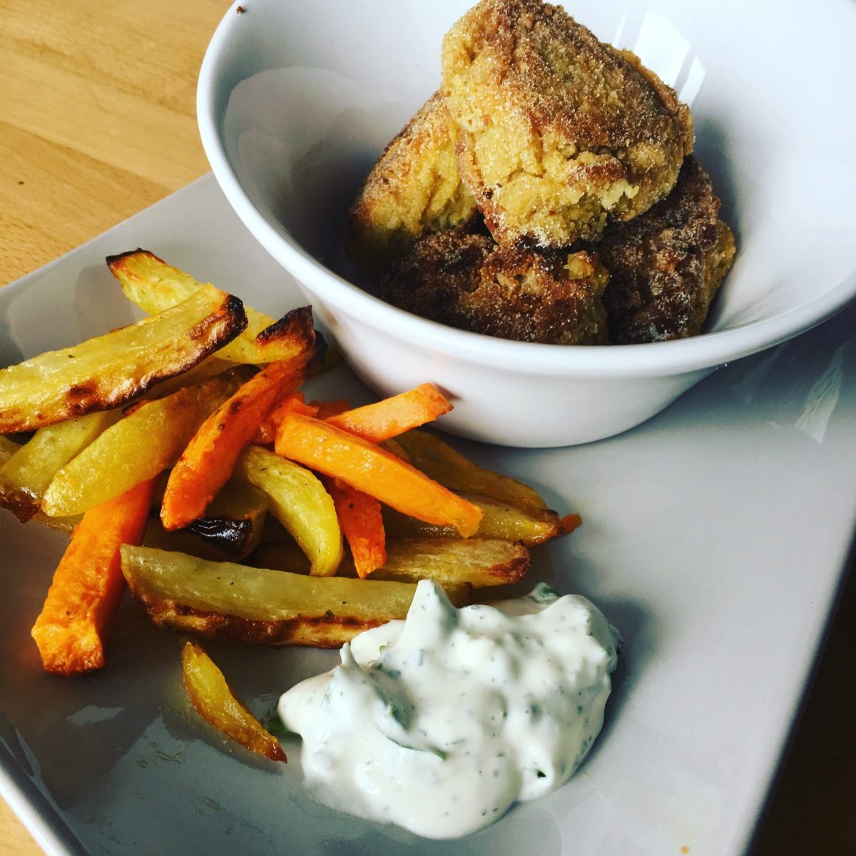 Menu healthy comme au Fast food : Nuggets de pois chiches et frites de patates douces et de pommes de terre sauce potatoes maison